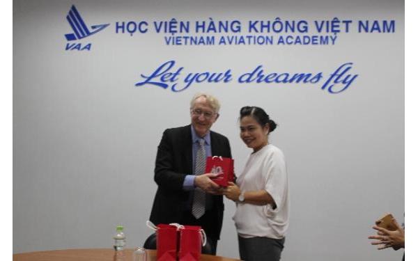 Học viện Hàng không VN làm việc với Cambridge International Education Center (CIEC) về đào tạo Tiếng anh chuyên ngành Hàng không cho phi công và kiểm soát viên không lưu