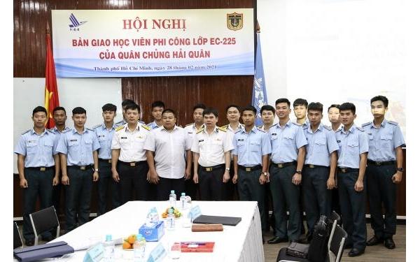 Bộ Tham mưu Hải quân bàn giao học viên đào tạo phi công trực thăng EC-225 cho Học viện Hàng không Việt Nam